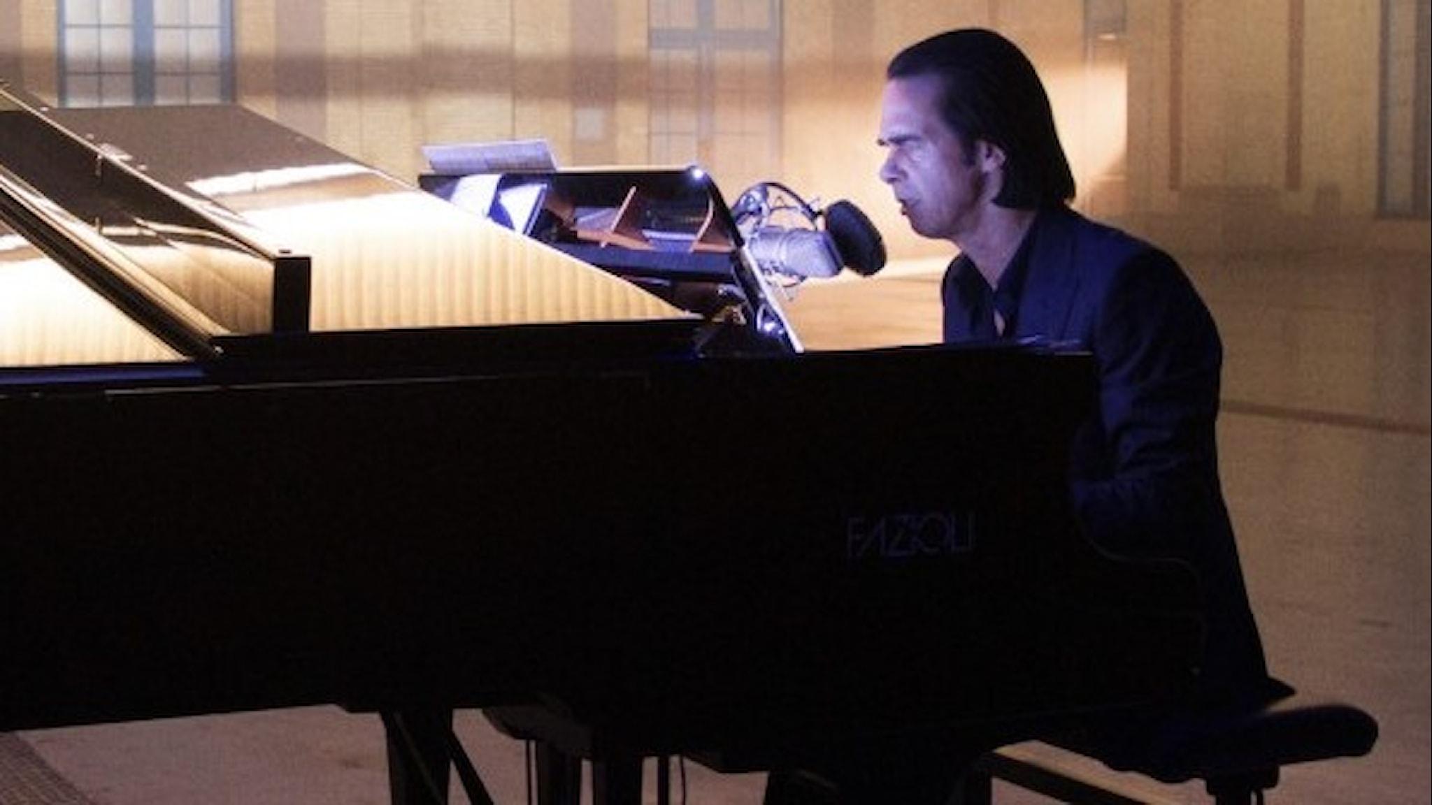 """Nick Cave vid flygel i konsertfilmen""""Idiot Prayer""""."""
