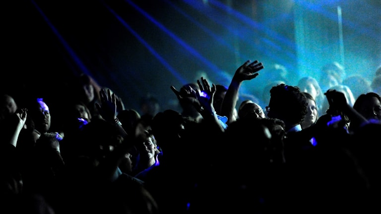 Nattklubb med fullt dansgolv.