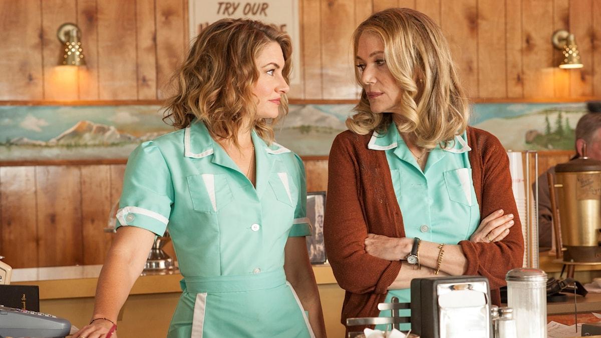 """Mädchen Amick och Peggy Lipton på RR Diner i """"Twin Peaks""""."""