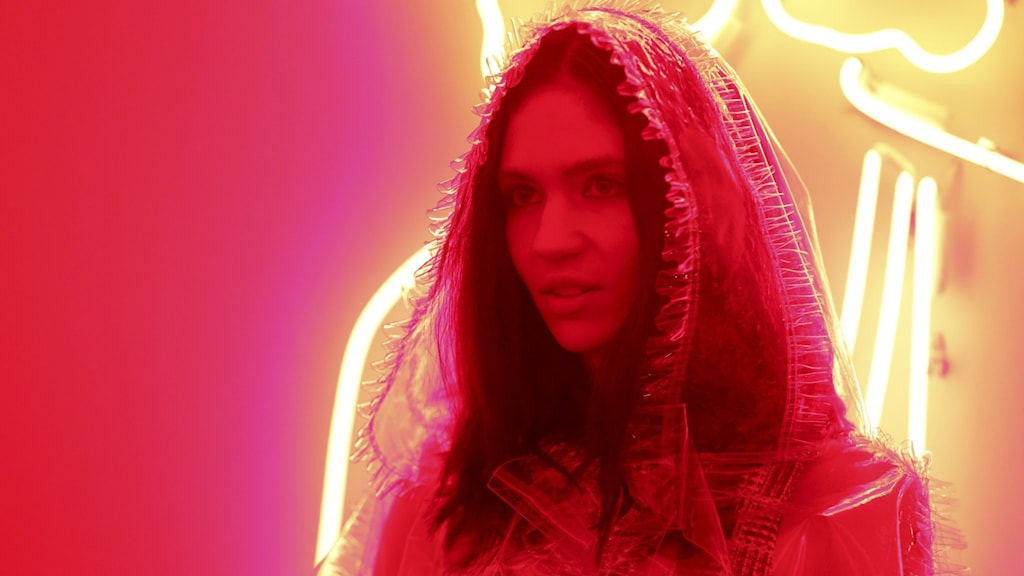 Artisten Grimes i röd belysning.