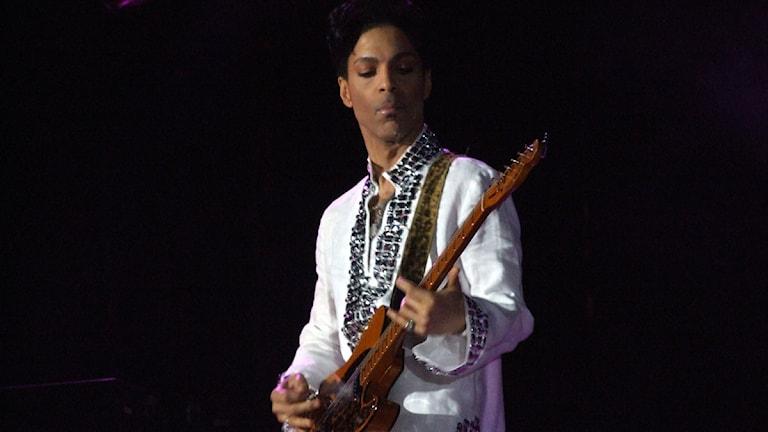 Prince spelar på Coachella 2008.