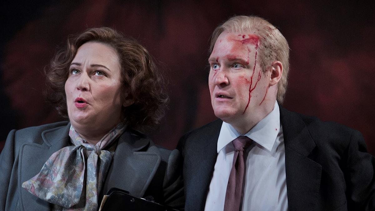 Miriam Treichel i rollen som Catharina Njegus och Henrik Dorsin som Operans VD Benny Zetterberg
