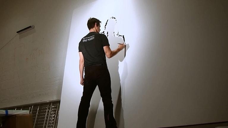 """Bilden föreställer Jim Carrey som målar från filmen """"Jim Carrey: I needed color"""" av David Bushell."""
