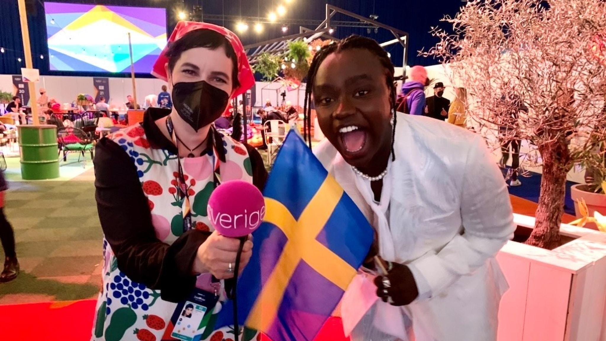 """Efter två års väntan var det äntligen dags igen för den första semifinalen i Eurovision Song Contest. 16 länder tävlade men bara 10 gick till final. Hör hur det gick för Sverige. Sveriges Radios expertkommentator Carolina Norén sammanfattar direkt från Ahoy arena i Rotterdam. Här är länderna som går vidare till final i Eurovision 2021 från semifinal 1: Norge – TIX """"Fallen Angel""""  Israel – Eden Alene """"Set Me Free""""  Ryssland – Manizha """"Russian Woman""""  Azerbajdzjan – Efendi """"Mata Hari""""  Malta – Destiny """"Je Me Casse""""  Litauen – The Roop """"Discoteque""""  Cypern – Elena Tsagrinou """"El Diablo""""  Sverige – Tusse """"Voices""""  Belgien – Hooverphonic """"The Wrong Place""""  Ukraina – Go_A """"Shum"""". På bilden: Tusse och Carolina Norén."""