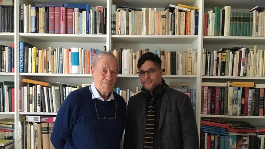 Per Wästberg och Söndagsintervjuns programledare Martin Wicklin.
