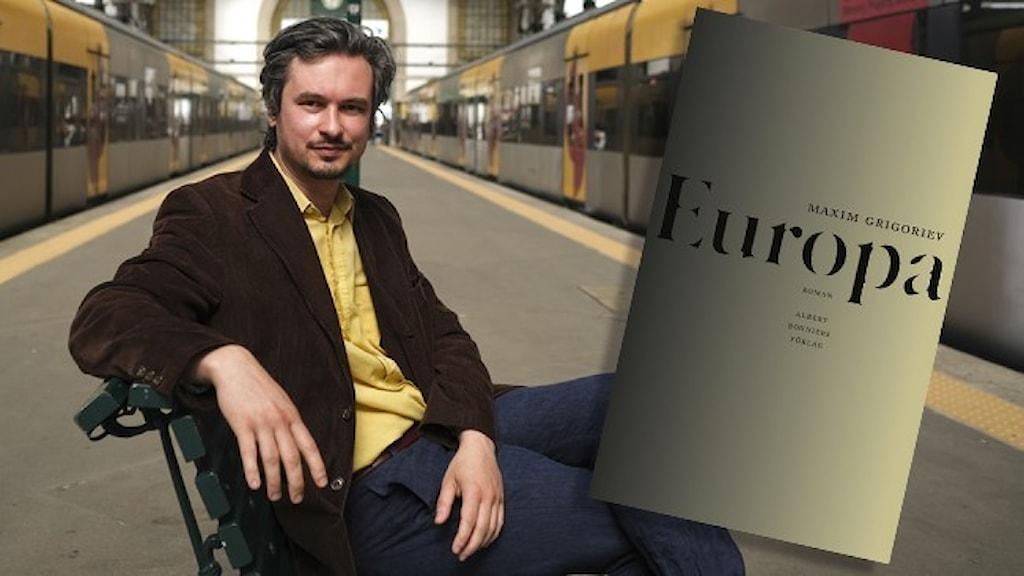 """Porträtt av Maxim Grigoriev sittande på en bänk på en tågstation. Infällt är omslaget till hans roman """"Europa""""."""