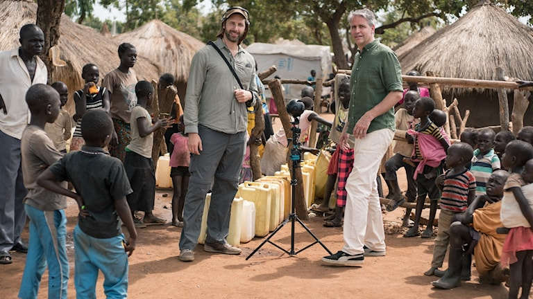 Fotografen Kenneth Svedlund Ishii och regissören Jesper Wachtmeister i Bidibidi-lägret i Uganda.