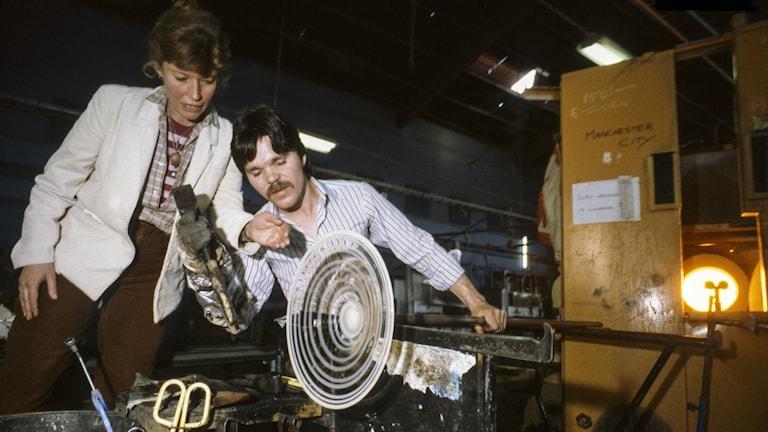 Monica Backström, formgivare, och Per Tremmel arbetar med glas på glasbruket i Boda 1982.