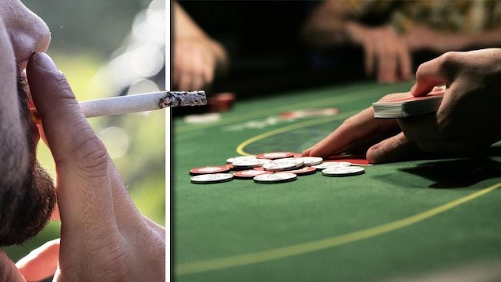 Närbild på en person som röker en cigarett och ett grönt bord för pokerspel på ett casino.
