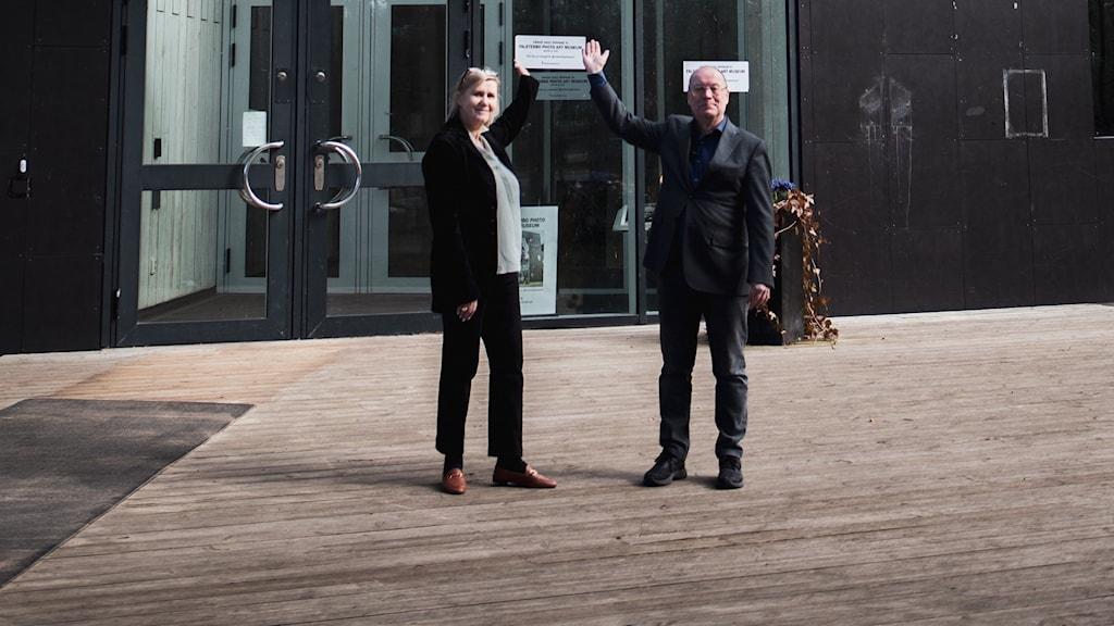 Christina och Claes Lindquist framför Falsterbo Photo Art Museum.