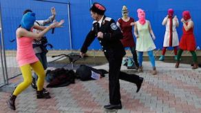 Pussy Riot attackeras med piska av kosack-milis i Sotji 2014. Foto: Morry Gash/AP