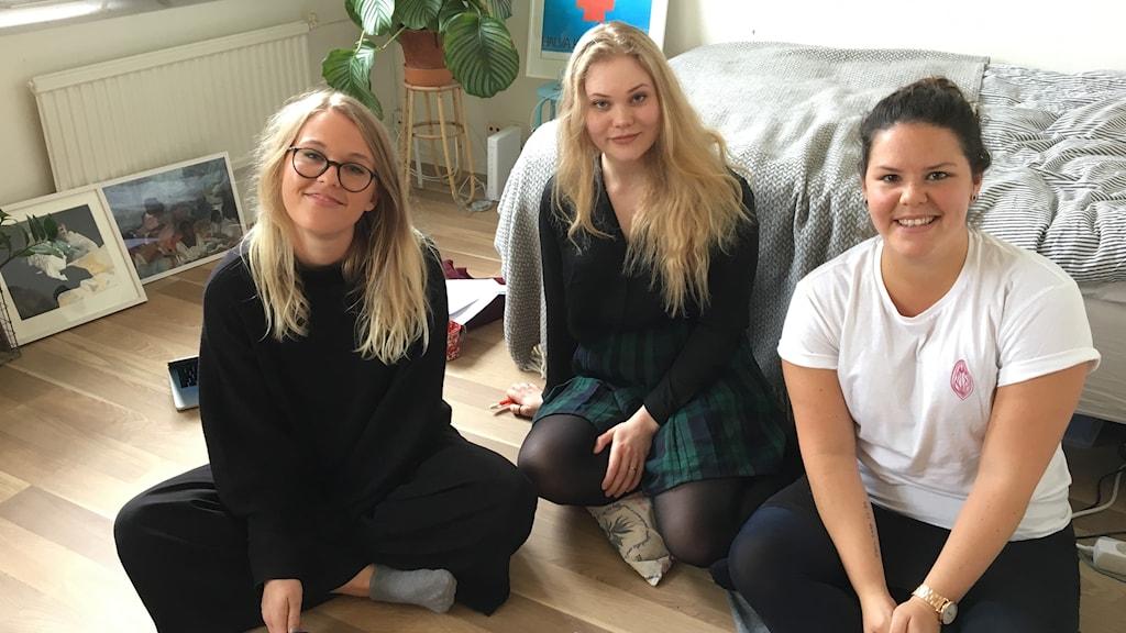 Yrsa Keysendal, Rebecka O'Nils och Caro Wikbro Carlen är medlemmar i gruppen Skrivgäris.