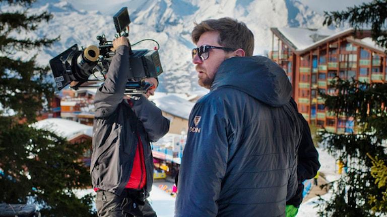 """Ruben Östlund under inspelningen av """"Turist"""" i franska alperna. Foto: Staffan Löwstedt/TT"""