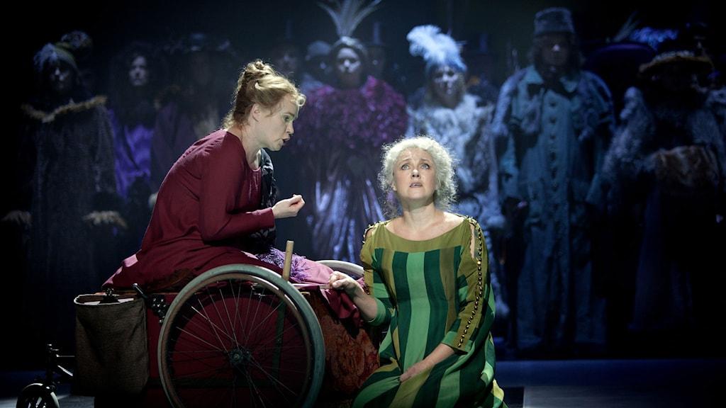 Charlotta Larsson som Blanche Wittman & Susanna Levonen som Marie Curie. I bakgrunden NorrlandsOperans kör.
