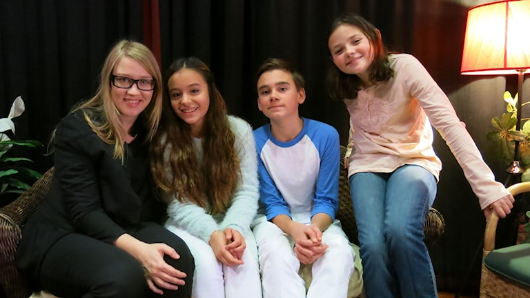 Regissören Anna Zackrisson och barnen i julkalendern, som spelas av Buster Isitt, Lea Stojanov och Alexandra Breschi Foto: Björn Jansson/SR