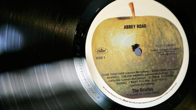 """Ett exemplar av Beatles """"Abbey Road"""" på vinyl, ett format som blir allt populärare i Storbritannien. Foto: AP/TT"""