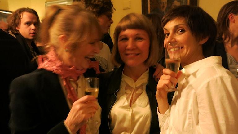 Marie-Louise Ekman, Jenny Andreasson och Nina Zanjani skålar efter premiären på Johanna. Foto: Björn Jansson/Sveriges Radio.