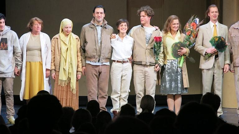Stående applåder för ensemblen på premiären av Johanna. Foto: Björn Jansson/Sveriges Radio.