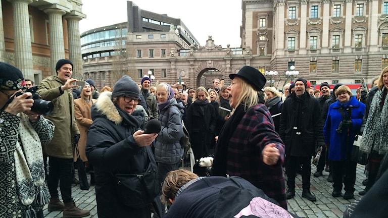 Under manifestationen skrek man av smärta när kulturtidskrifterna kapades av i en pappersgiljotin. Foto: Hugo Rennéus / Sveriges Radio.