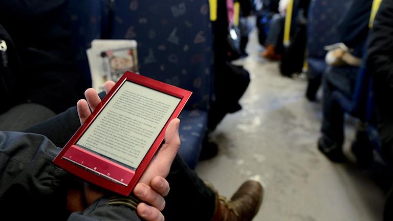 Läsplatta används i tunnelbanan. Foto: Pontus Lundahl/TT