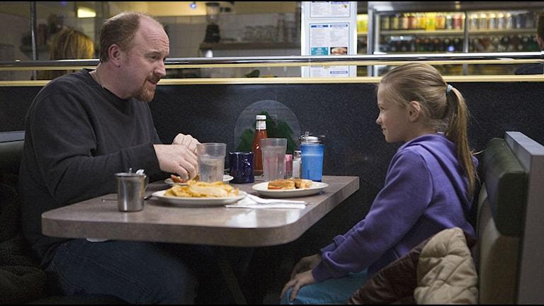 Louis CK och Ursula Parker i TV-serien Louie Foto: AP Photo/FX Networks