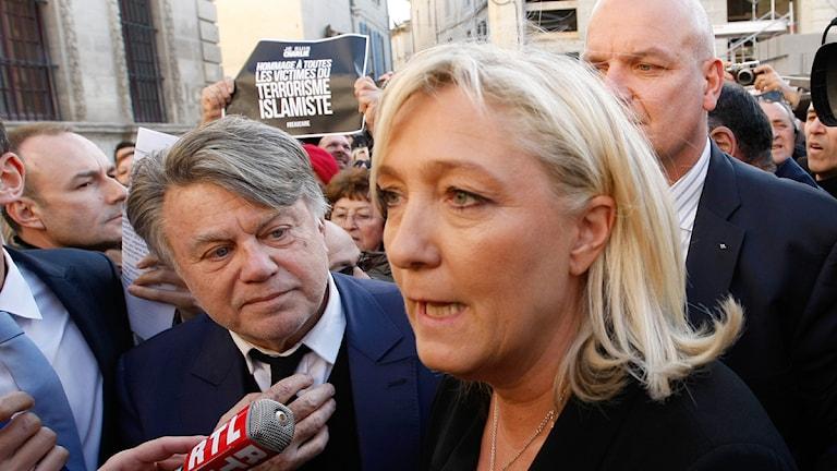 Nationella frontens partiledare Marie Le Pen under manifestationen för Charlie Hebdo i Paris. Foto: Claude Paris / TT