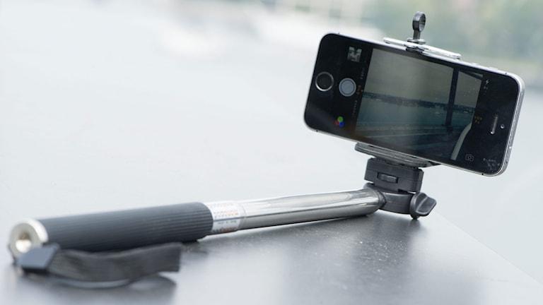 Selfiestick, en pinne att fästa mobiltelefonen i för att ta porträtt på sig själv. Foto: Fredrik Sandberg / TT