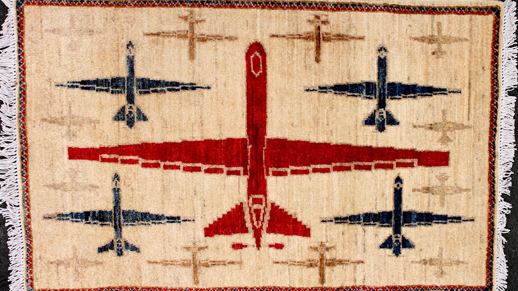 Afghansk matta med drönarmotiv. Foto: Kevin Sudeith / Warrug.com
