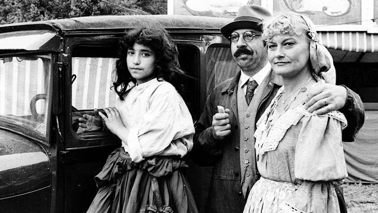 Monica Zetterlund i TV2-filmen Katitzi, tillsammans med Janne Carlsson som spalar pappa Aikon och barnet Sema Sari. Foto Gunnar Lantz/SvD