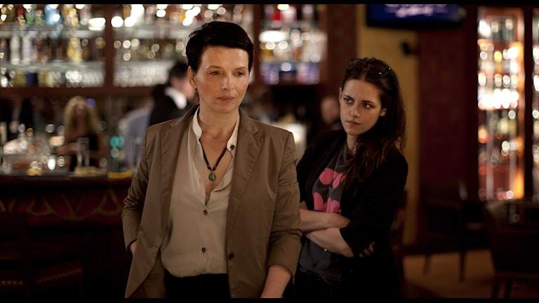 Juliette Binoche och Kristen Stewart som den kända skådespelaren och hennes assistent.