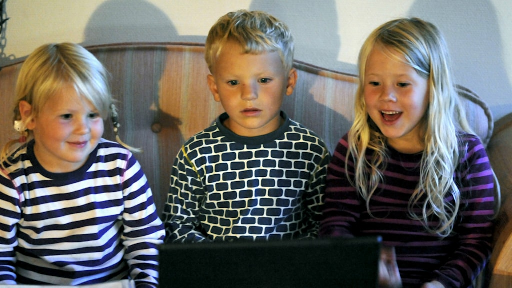 Barn tittar på dator
