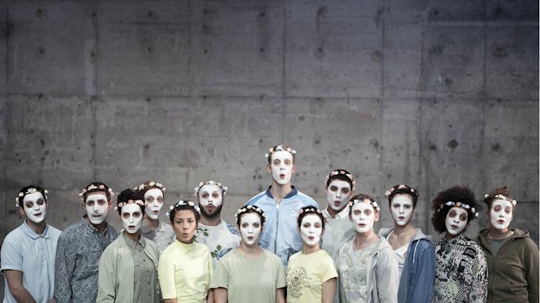 "Ensemblen i pjäsen ""X"". Foto Marguerite Seger/Unga Klara"