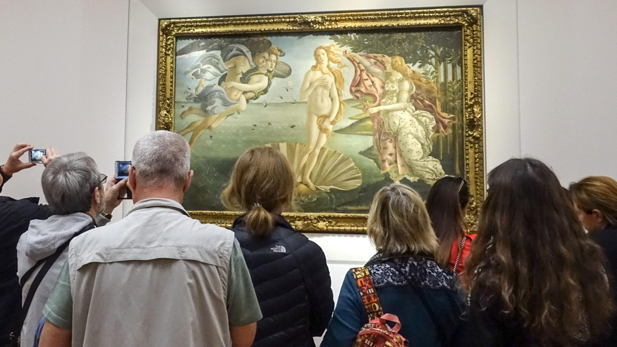 Flera människor står framför verket Venus födelse.