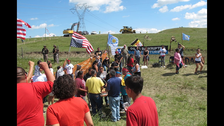 Protesterande demonstranter vid  Standing Rock Sioux reservatet i North Dakota, USA. I samband med protesterna har en journalist blivit gripen och en åtalad.