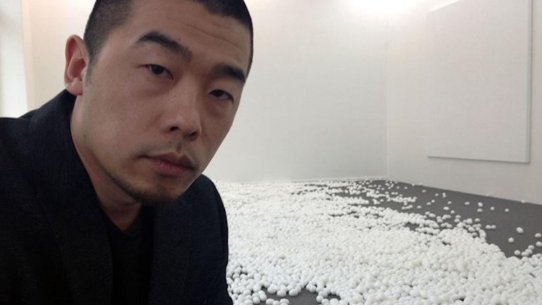 Zhao Zhao framför verket Spoiled Eggs, bestående av 15 000 unika marmorägg. Foto: Simon Pollack Sernecki/SR