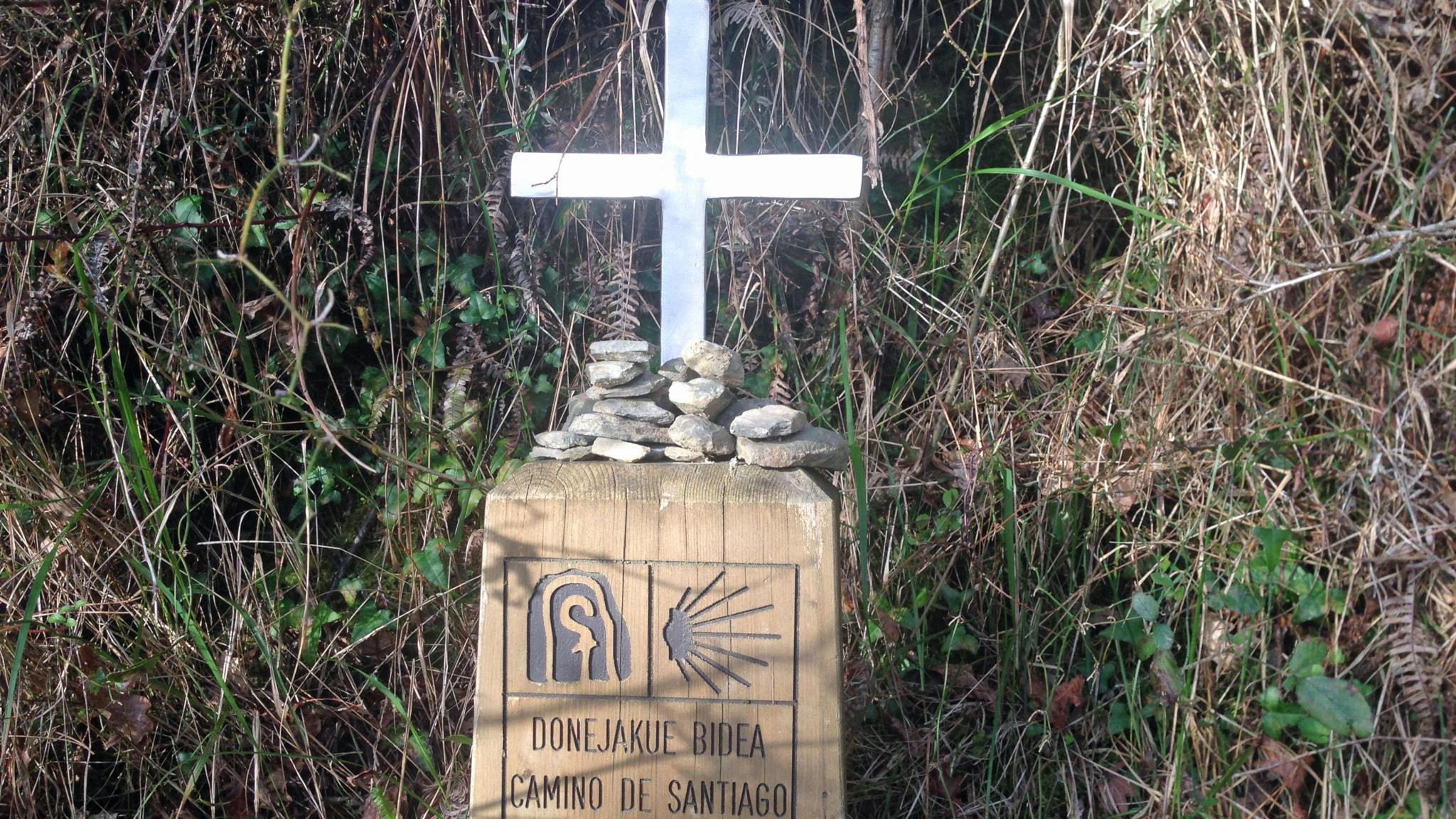 Kors och minnesstenar vid pilgrimsvägen