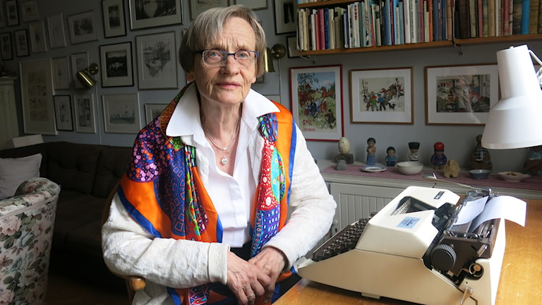Karin Nyman, Astrid Lindgrens dotter vid skrivbordet där Astrids böcker skrevs. Foto: Björn Jansson/Sveriges Radio.