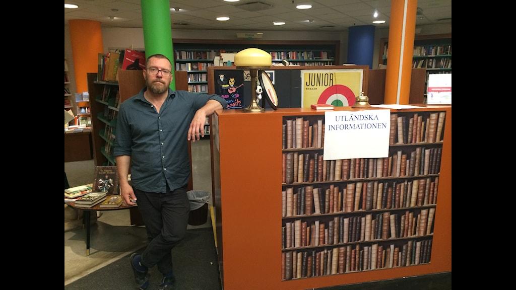 Nicklas Björkholm, Hedengrens ägare och medarbetare, varnar för att den klassiska bokhandeln är på väg att gå omkull. Foto: Mattias Berg/Sveriges Radio
