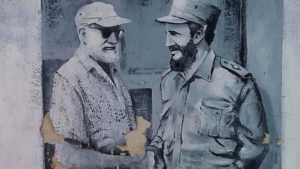 Hemingway skakar hand med Castro på en muralmålning i Havanna. Foto: AP Photo/Ramon Espinosa