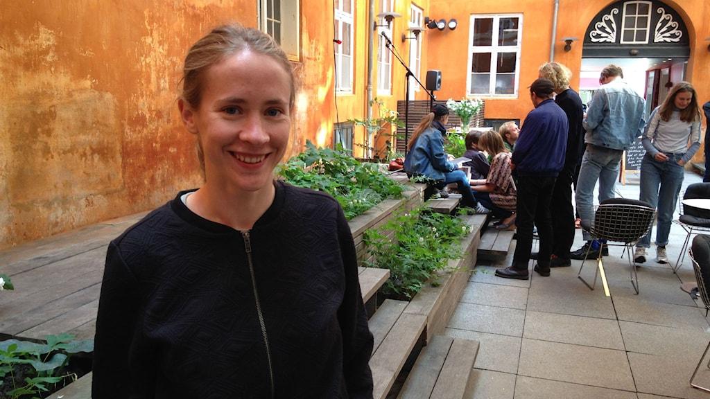 Den danska poeten Amalie Smith tycker inte att det är de stora förlagens ansvar att ge ut ny poesi. Foto: Hilda Ärlemyr/ Sveriges Radio.