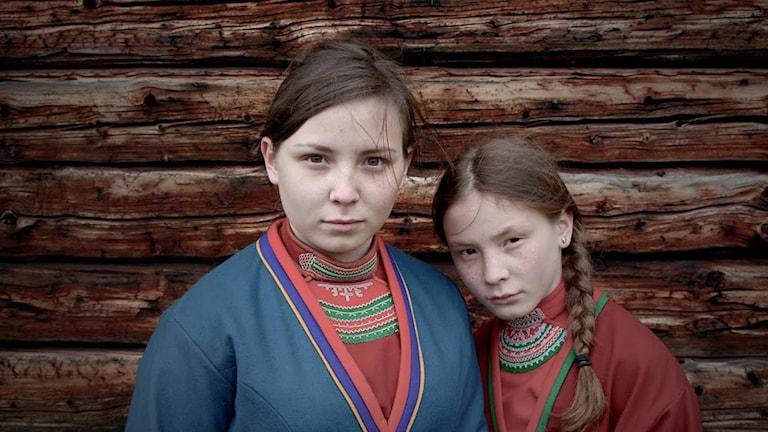 Lene Cecilia Sparrok (Elle-Marja) och Mia Sparrok (Njenna). Foto: Amanda Kernell/Oskar Östergren.