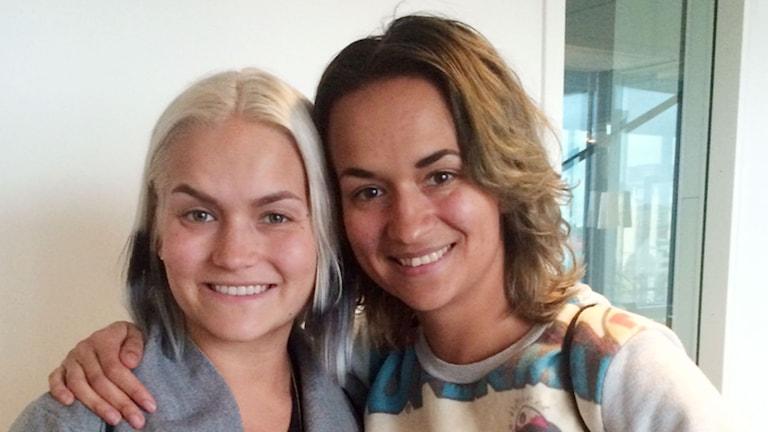 """Tiffany och Bianca Kronlöf är laddade inför att möta puliken med """"Slå pattarna i taket!""""Foto: Mina Benaissa/SR"""