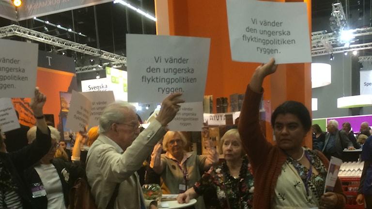 Författare protesterade mot Ungern på bokmässan. Foto: Marie Liljedahl/Sveriges Radio.