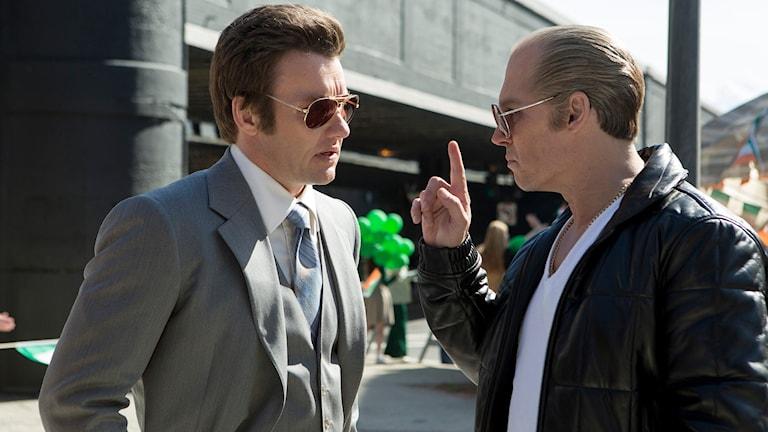 "Joel Edgerton som John Connolly och Johnny Depp som Whitey Bulger i filmen ""Black Mass"". Foto: Claire Folger / AP /TT"