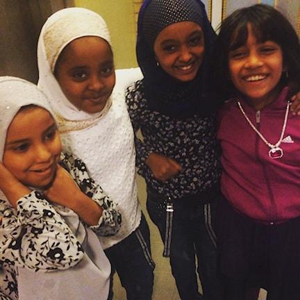Elever på Emmaskolan laddar för bokmässan och möte med Praesa. Foto: Viveca Bladh/SR.