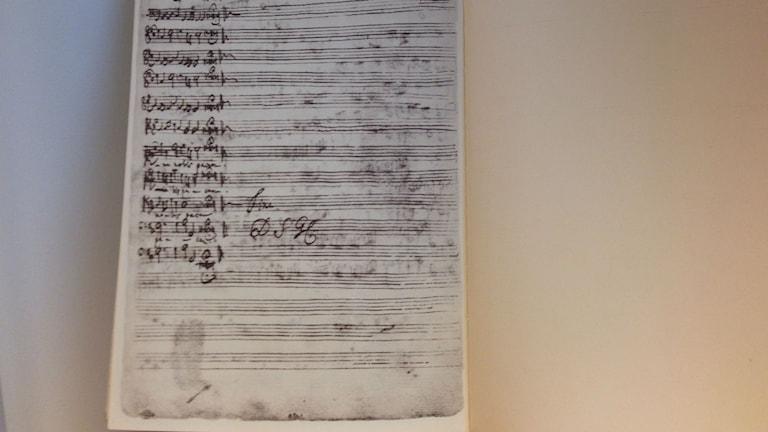 Faksimil av H-moll-mässan, med Bachs signatur, på SR:s musikbibliotek. Foto: Berit Nygren/SR