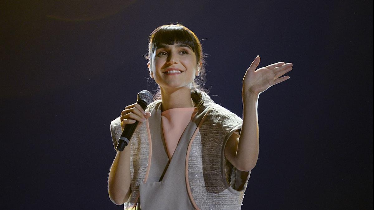 Laleh håller i en microfon och vinkar till publiken.