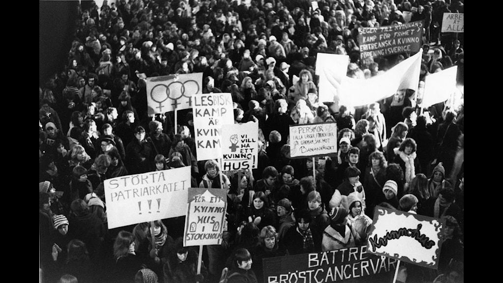 Demonstrationståg för jämlikhet, rättvisa, fred och utveckling vid firandet av den internationella kvinnodagen 8 mars 1979 i Stockholm.