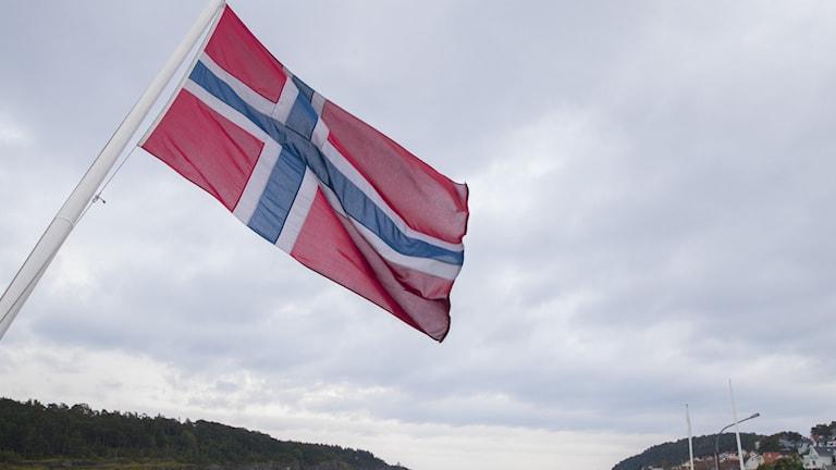 Norges flagga i rött, blått och vitt.
