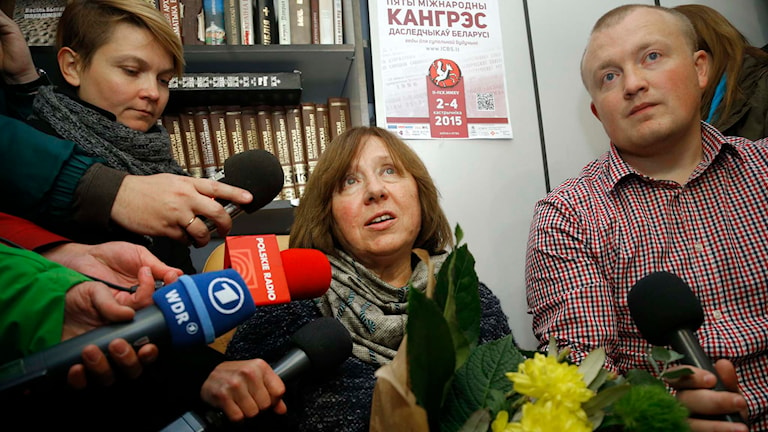 Nobelprisvinnaren Svetlana Aleksijevitj omgiven av pressen i Minsk. Foto: AP Photo/Sergei Grits